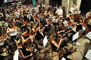 Le travail de l'orchestre symphonique, de type professionnel est conduit avec un souci qualitatif très important, dans un cadre pédagogique et de formation.