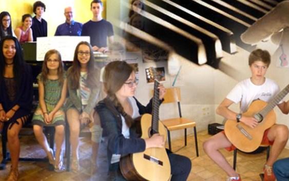 L'Académie Internationale d'Été avec ses élèves pratiquant piano et guitare.