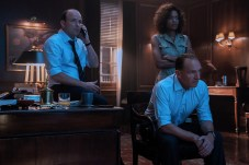 B25_17163_RC2 Rory Kinnear stars as Tanner, Naomie Harris as Moneypenny and Ralph Fiennes as M in NO TIME TO DIE, an EON Productions and Metro-Goldwyn-Mayer Studios film Credit: Nicola Dove © 2021 DANJAQ, LLC AND MGM. ALL RIGHTS RESERVED.
