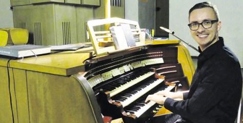Der neue Dekanatskirchenmusiker Tobias Leschke spielte am Samstag und Sonntag gleich mehrfach die Orgel in St. Aloysius - Foto: Wolfgang Meutsch