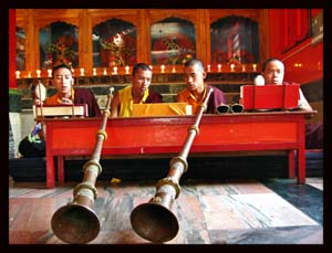 Monaci con corni rituali