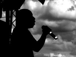 uomo di colore che canta al miicrofono
