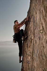 Uomo che scala a mani nude