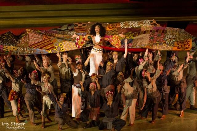 Patricia Meeden (Aida) mit dem Ensemble.