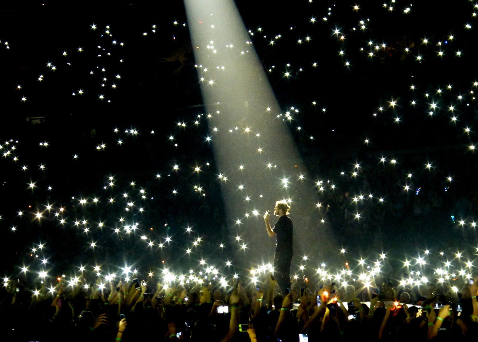 Concierto de Imagine Dragons con luces por doquier