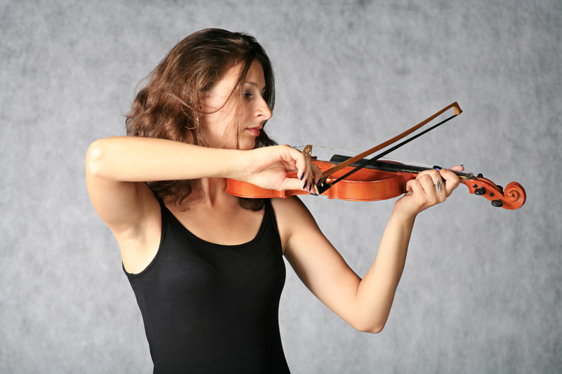 lady with violin on the grey background