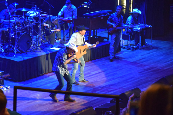 Pictured (L-R): Jimmy Mattingly, Garth Brooks. Photo: Moments By Moser Photography