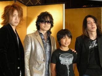 <写真>記者会見で撮影に応じるTOSHIら(2009年8月11日)