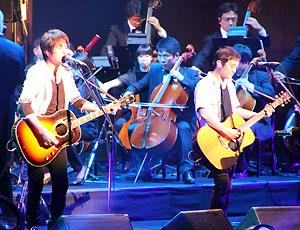 <写真>日本武道館からエールを送ったゆず(2011年6月16日)