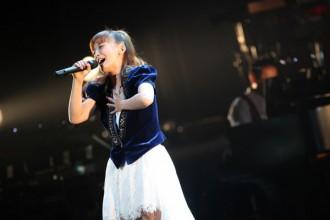 <写真>復帰後初のライブで熱唱する華原朋美(2013年11月16日)