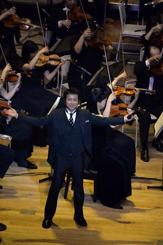 <写真>フルオーケストラ公演でタキシードに身を包み熱唱した藤井フミヤ