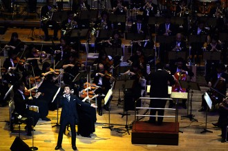 <写真>初のフルオーケストラ公演で熱唱した藤井フミヤ