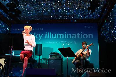 イルミネーション点灯式特設ステージでライブを披露した青山テルマ(撮影・松尾模糊)