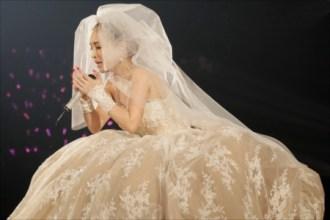 白いドレスで歌う浜崎あゆみ