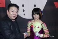 団体代表・佐伯氏と固い握手する川村虹花