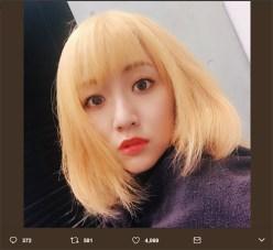 ブリーチ途中の金髪姿を披露した高橋みなみ(Twitterより@taka4848mina)