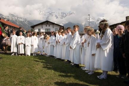 Wurden nach der Erstkommunion von der Musikkapelle Mieming empfangen: die Erstkommunionkinder der Pfarre Barwies. Foto: solopix.at