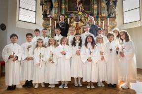 Die Erstkommunionkinder mit ihrer Lehrerin Daniela Scheiring (hinten l.) und Bernadette Kohl (hinten r.). Foto: solopix.at
