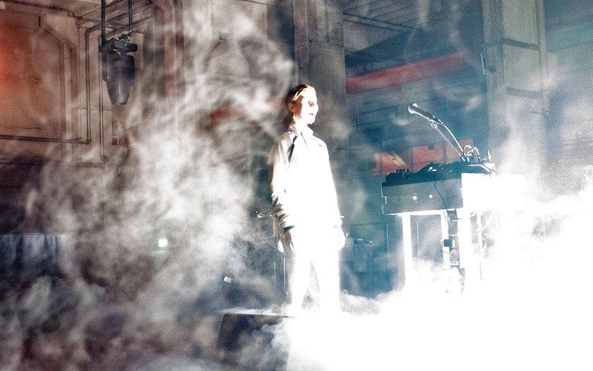 Passt die Stimme oder passt sie nicht? Das älteste Instrument der Menschheit ist in die Nebelwerfer von Genderdebatte, Kunstfreiheit und Justiz geraten. Unser Bild zeigt Stine Janvin mit Musik für Stimme und Licht beim diesjährigen Berliner Festival MaerzMusik. Foto: Hufner