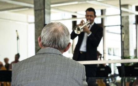 Tatü Tata. Till Brönner vor dem damaligen Finanzminster Wolfgang Schäuble (2012/13). Auch damals blieb ein Erdrutsch für die Kultur aus. Foto: Hufner