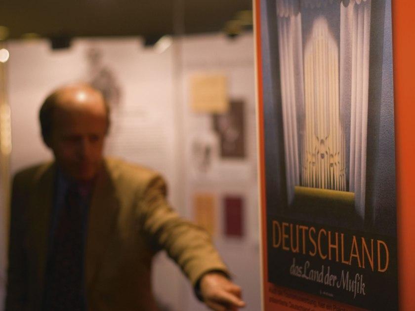 """Deutschland, Land der Musik. Ausstellung """"Entartete Musik"""" in der Berliner Philharmonie 2007. Im Hintergrund: Kurator Albrecht Dümling. Foto: Martin Hufner"""