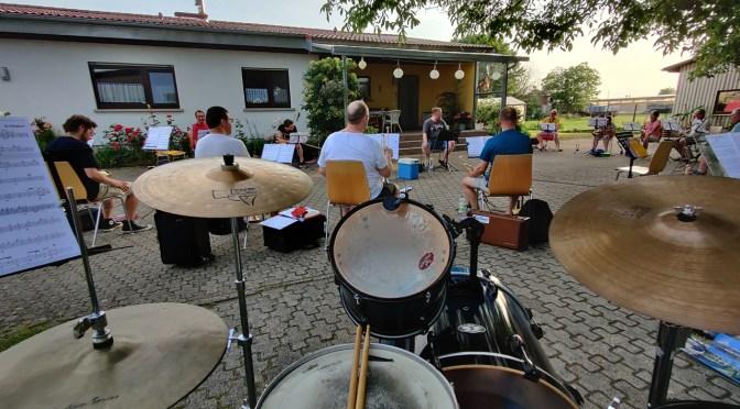 Big Band probt vorerst auf dem Hof von Inge Kolb