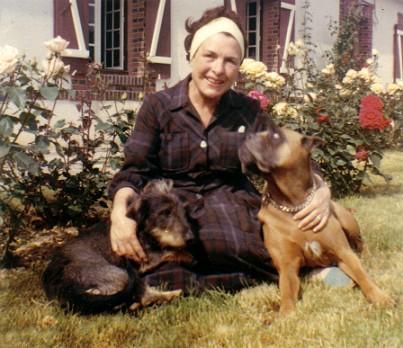 Solange Boulesteix avec ses chiens, dans son jardin.