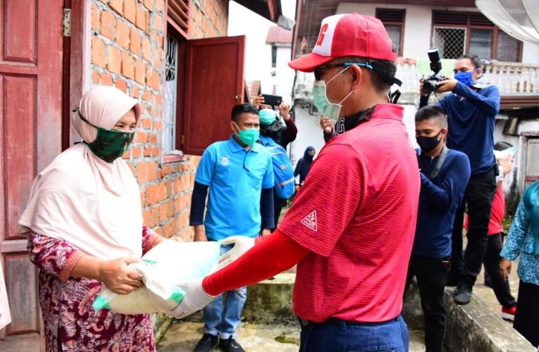 Bupati Door To Door Salurkan Bantuan Sembako di Tugumulyo