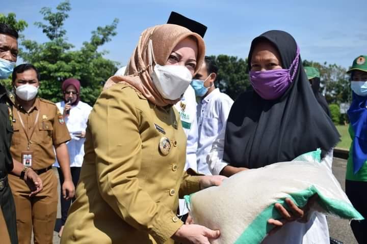 Bupati Salurkan Sembako kepada PHL di Lingkungan Pemkab Mura