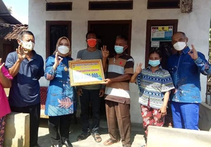 Bupati Ratna Machmud Salurkan Santunan Kematian Warga Desa C Nawangsasi