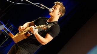 Ausdrucksstarke Stimme zu feiner Gitarre beschert filip den zweiten Platz
