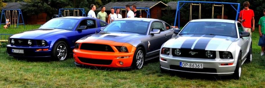Przedstawiciele najnowszych generacji Forda Mustanga oraz replika AV-X10 fot. A.Zambrzycka