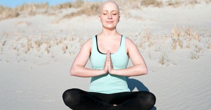 Kumsalda yoga yapan kanser hastası kadın