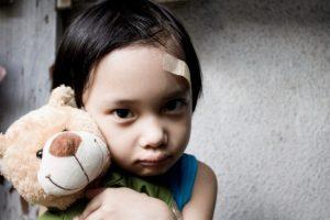 ayı tutan başı bandlı kız çocuğu