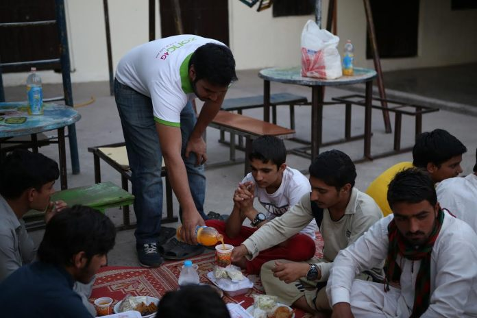 Zong 4G hosts Iftaar for Street Children