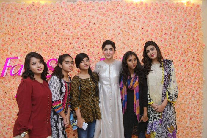 Mawra Hocane with her fans