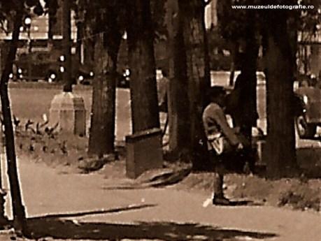 Vanzator de ziare in Piata Romana