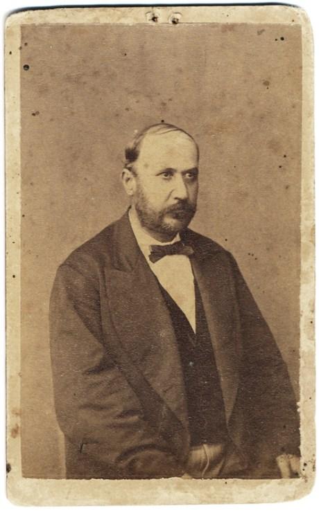 """Fotografie de F. May in studioul din Târgul Ocna. Pe verso este notat: Lascăr Gheorghiu în etate de 69 ani. Decedat în 14 aprilie 1903 la Tg-Ocna."""""""