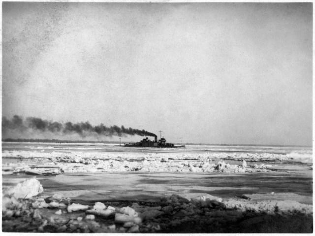 Ambarcațiune militară pe Dunărea Înghețată