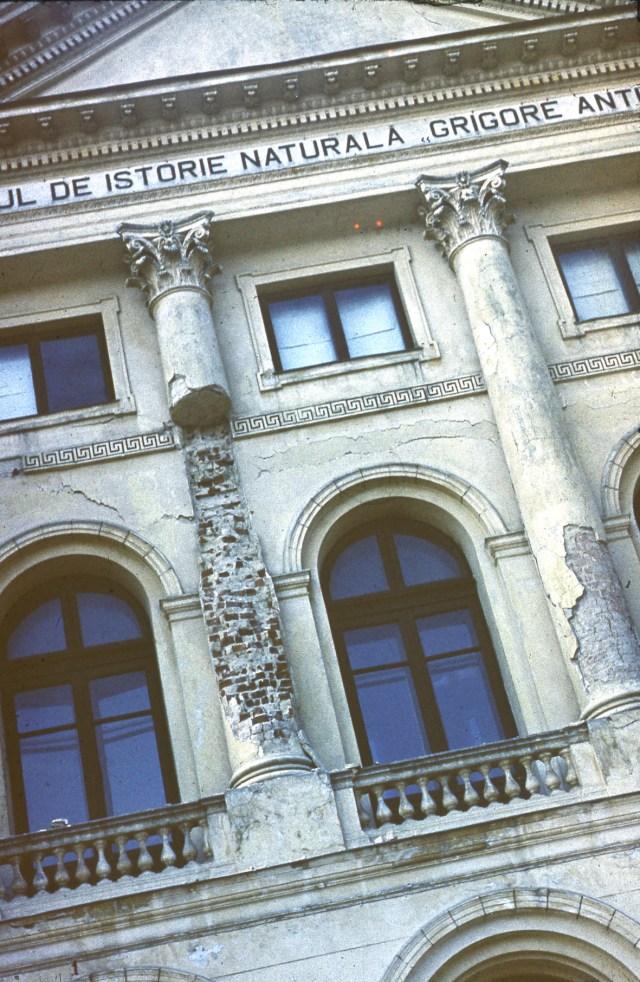 FAtada afectata de cutremur a Muzeului Antipa, piata Victoriei