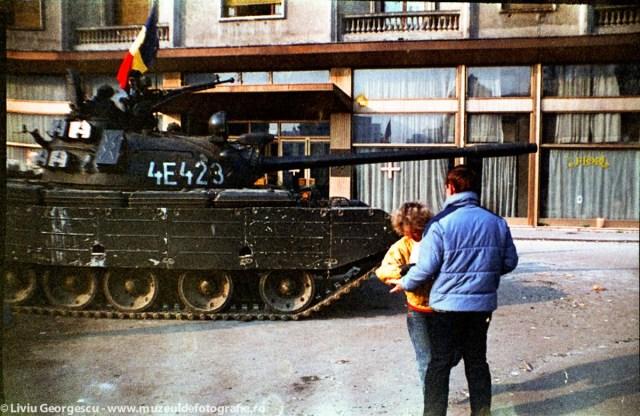 In apropierea Hotelului Hilton - 24.12.1989 - Foto:  Liviu Georgescu