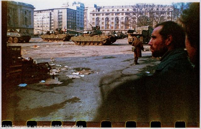 PIata Palatului, langa Restaurantul CIna - 24.12.1989 - Foto:  Liviu Georgescu