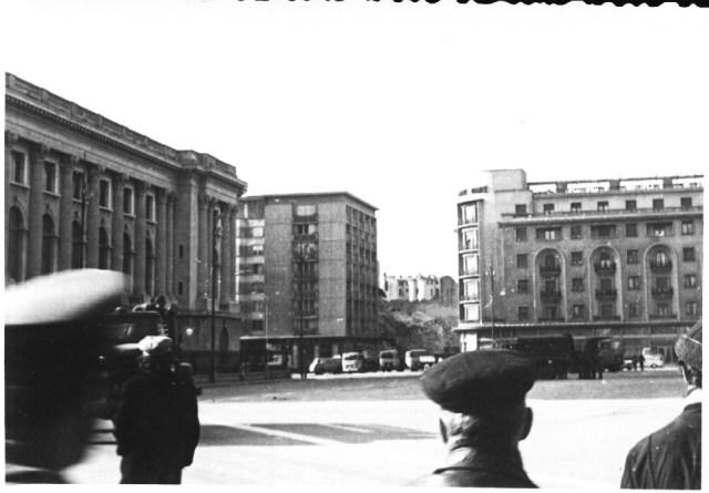 """""""Blocul """"Nestor"""", prabusit in urma cutremurului. In stanga, Palatul R.S.R, in dreapta, hotelul Athene Palace. Bucuresti 7 martie 1977"""""""