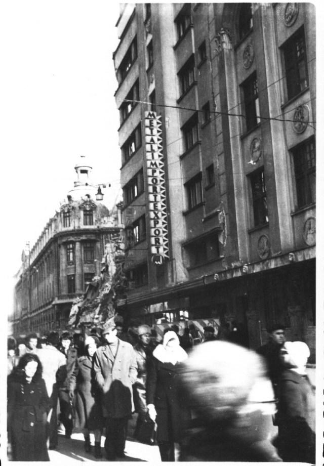 """""""O parte din cladirea intreprinderii Metalexport, avand la parter o librarie - papetarie, pe strada Academiei, vis-a-vis de Universitate (in stanga), prabusita in urma cutremurului. Bucuresti 7 martie 1977"""""""