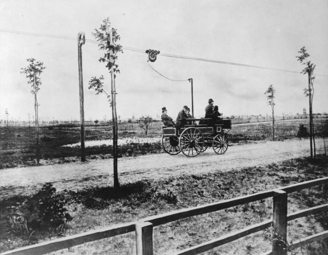 1882 - Bărbați care conduc o mașină electrică concepută de Siemens & Halske, lângă Berlin.