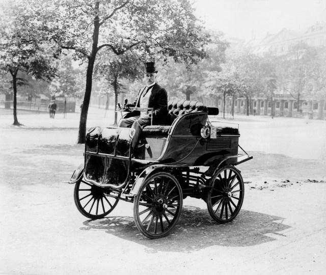 1899 - Roger Wallace conduce o mașină electrică