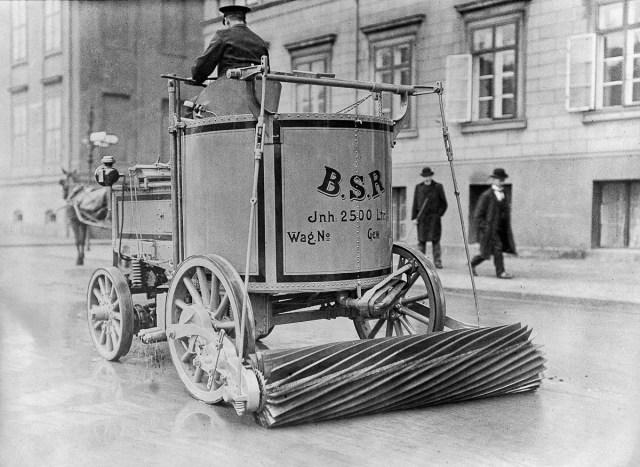 1907 - O mașină electrică pentru măturat străzi în Berlin.