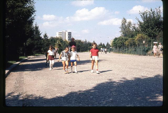 Copii în drum spre parc. București 1971