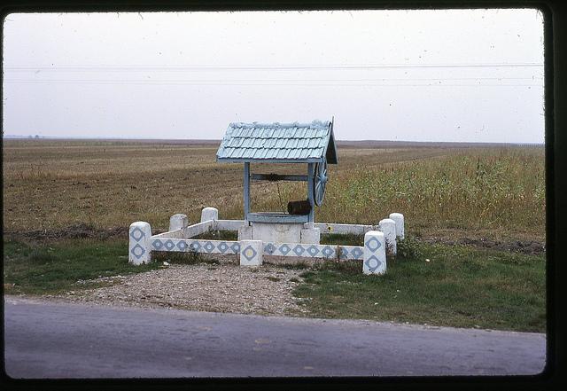 Fântână la marginea unui drum din România, în 1971