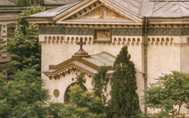 Detaliu - becurile de la intrarea bisericii inca functionau.